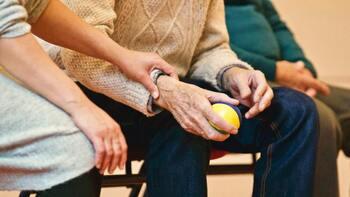 Más de seis millones de casos de depresión de las personas de más edad en el mundo pueden atribuirse a una posible imagen peyorativa sobre ellas.