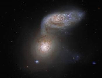 Una danza galáctica a más de 100 millones de años luz