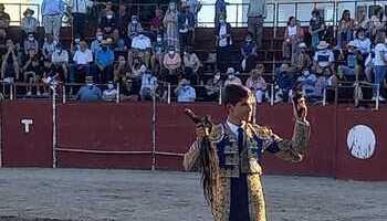 Manuel Caballero corta dos orejas y un rabo en Dosbarrios