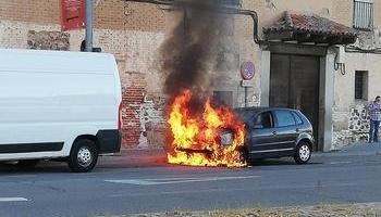 Arde un coche a la altura del Parque Crucero