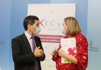 La consejera de Familia e Igualdad de Oportunidades, Isabel Blanco, y el presidente de EXECYL, Francisco Hevia, firman un protocolo.