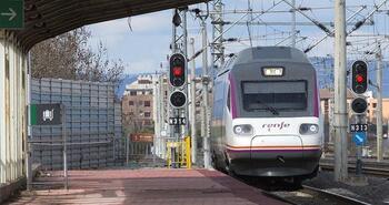 El tren salva los presupuestos que bloquean las autovías