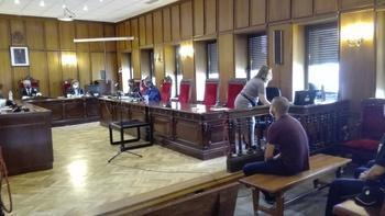 El acusado, en primer término, en el momento de iniciarse el juicio.