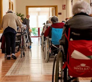Imagen de un grupo de mayores en un centro residencial.