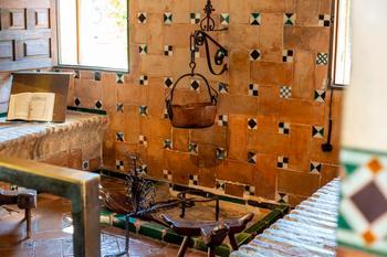 El libro se llama 'La cocina española antigua' y tiene recetas de la tierra de la misma época de esta recreación de cocina del Museo del Greco en Toledo.