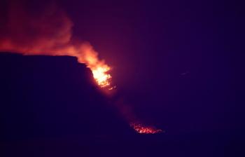 La lava llega al mar en una zona de acantilados de Tazacorte