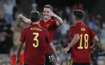 España sufre pero da otro paso hacia la Eurocopa