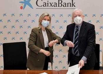 Belén Martín y Antonio Méndez Pozo chocan sus codos tras firmar el acuerdo de colaboración. /