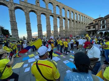 Colombianos en Segovia protestan contra su gobierno