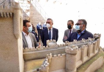 El delegado del Gobierno (centro izquierda) y el presidente de la Diputación, Conrado Íscar, (cd), entre otras autoridades en el Castillo de Peñafiel.