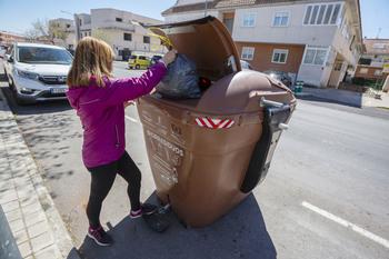 El contenedor marrón ya recicla dos toneladas por ruta