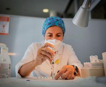 El Gobierno advierte que habrá que vacunarse «muchas veces»