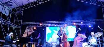 El grupo Lluís Coloma Trío colma de jazz la plaza del Pan
