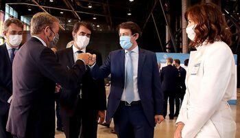 El presidente de la Junta, Alfonso Fernández Mañueco (2d), junto a la presidenta de Empresa Familiar Castilla y León, Rocío Hervella, y otros cargos, en el acto.