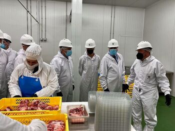 El consejero de Economía, Carlos Fernández Carriedo (2d), visita las instalaciones de Moralejo Selección en Zamora.