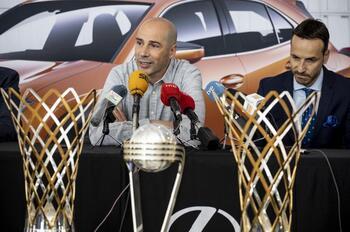 Joan Peñarroya (i.), en su despedida como técnico azulón junto al presidente del club, Félix Sáncho.