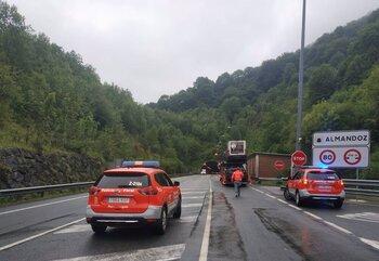 Un vehículo averiado en Almandoz obliga a desviar el tráfico
