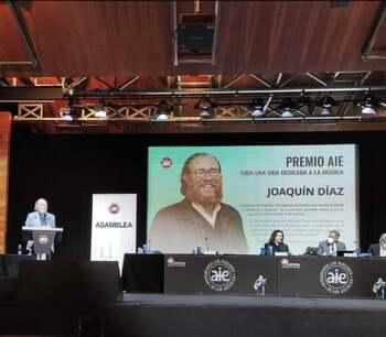 Joaquín Díaz en el acto de entrega del premio AIE por una vida dedicada a la música