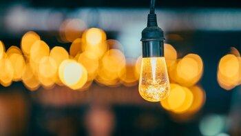El Gobierno busca acelerar la rebaja del IVA de la luz