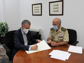 El presidente de la FES, Andrés Ortega, firma el acuerdo con coronel Jefe de la Subdelegación de Defensa en Segovia, Camilo Vázquez