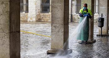 La limpieza comienza por la plaza Mayor