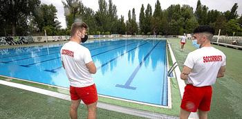Las piscinas abren temporada sin bañistas
