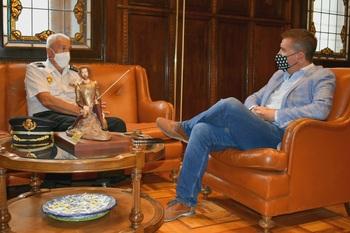 Cabañero agradece su trabajo al comisario Florentino Marín
