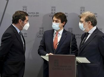 (I a d) Antonio Garamendi, Alfonso Fernández Mañueco y Santiago Aparicio, ayer en Burgos.