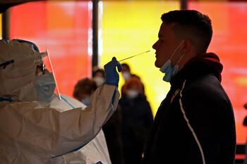 Los nuevos contagios caen a niveles de julio con 104 casos