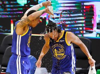 Curry supera a Chamberlain como máximo anotador de los Warriors