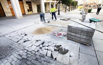 Obras repara un centenar de aceras de toda la ciudad