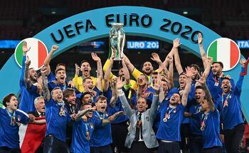 Italia encuentra la gloria en los penaltis