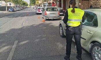 La Policía Local sanciona a 42 conductores por usar el móvil