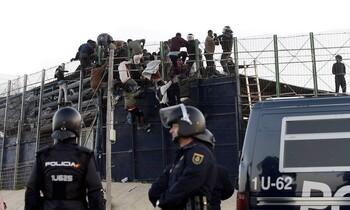 Decenas de migrantes subsaharianos saltan la valla de Melilla (imagen de archivo)