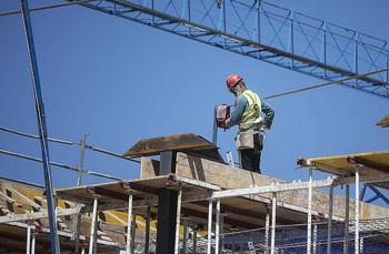 La construcción acusa la falta y el precio de acero y madera