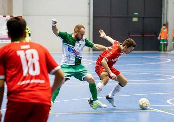Juanto, autor de dos goles, presiona a un oponente.