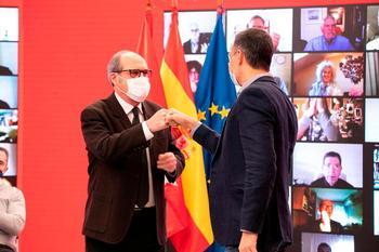 El candidato del PSOE a la Comunidad de Madrid, Ángel Gabilondo (i) saluda al presidente del Gobierno, Pedro Sánchez (d) durante un acto electoral semipresencial en la sede del partido en la calle Ferraz de Madrid este domingo