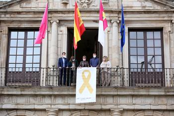 El Ayuntamiento despliega un lazo dorado en apoyo de Afanion