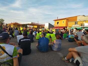 Cientos de vecinos y pescadores protestan por el Cijara