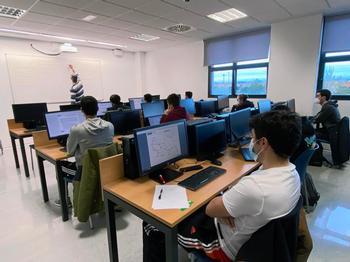 Estudiantes universitarios en un aula de Informática