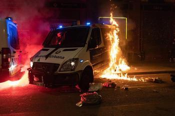 Prenden fuego a un furgón de la Guardia Urbana de Barcelona