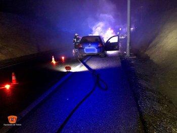 Extinguido el incendio de un coche calcinado en Yuncler