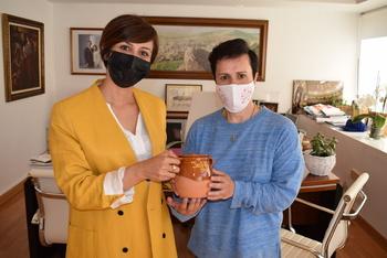 La alcaldesa, Isabel Rodríguez, ha despedido personalmente a la concejala que ha recibido un recuerdo de su paso por el Consistorio