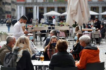 La incidencia cae en España por debajo de los 70 casos