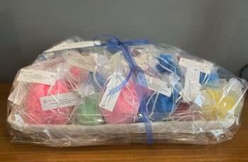 Mayores de Poblete donan patucos a los bebés del hospital