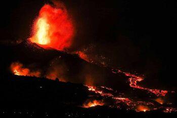 Las explosiones del volcán aumentan y la lava se acelera
