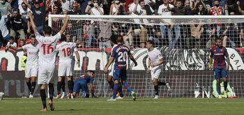 El Sevilla se asienta en lo alto en un partido de hemorragia