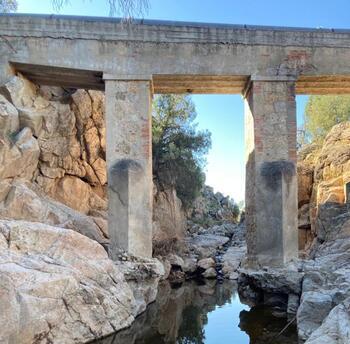 En el aire el puente de la tubería de abastecimiento de agua