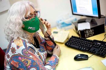 Una voluntaria de la organización atiende una llamada.