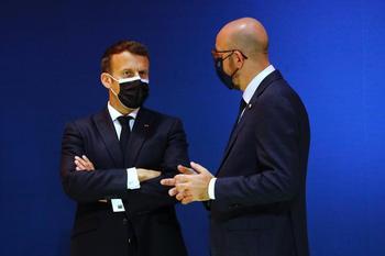 Macron insta a levantar el veto a la exportación de vacunas